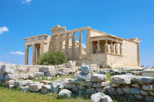 Tempio dell'eretteo con portico cariatide sull'acropoli di atene, grecia. la famosa collina dell'acropoli è un punto di riferimento principale di atene.