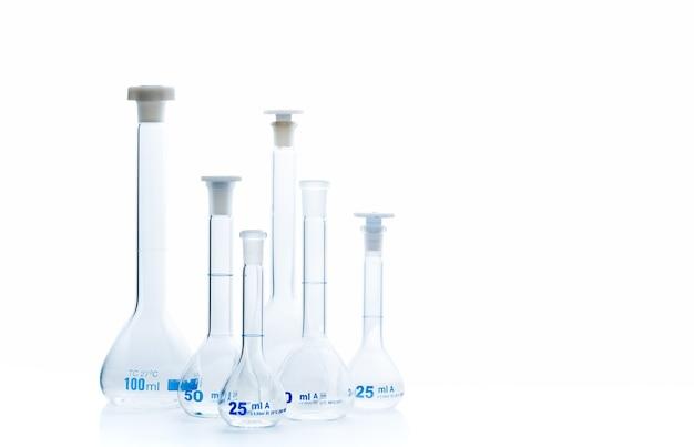 Boccette di erlenmeyer su vetro riflettente isolato, laboratorio chimico e concetto di apparecchiature scientifiche
