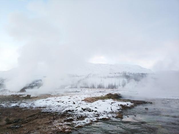 Un geyser vertiginosamente in eruzione nella valle dei geyser. magnifica islanda in inverno