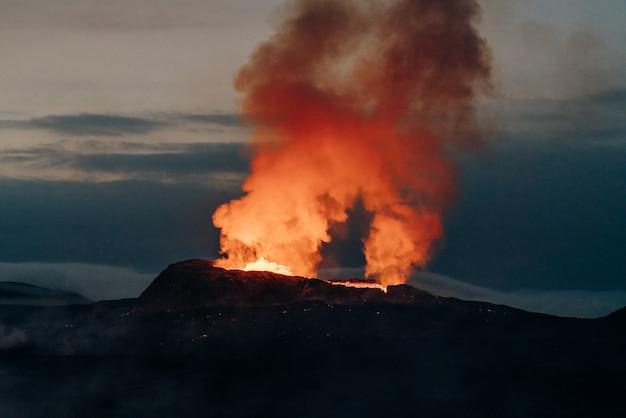 Il sito di eruzione del vulcano geldingadalir in montagna fagradalsfjall sulla penisola di reykjanes in