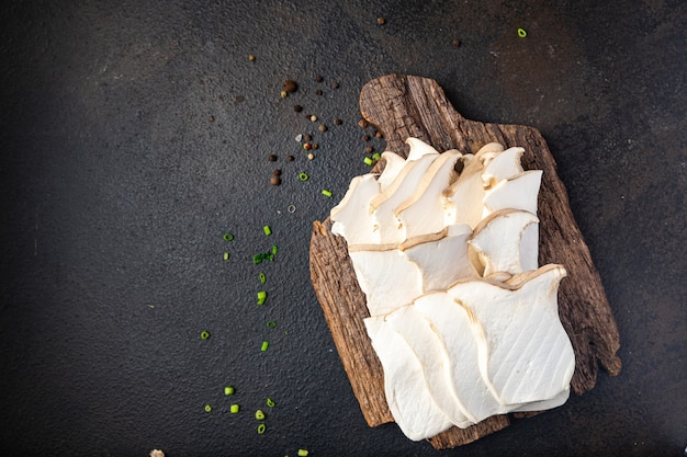 Fetta di eryngii funghi di ostrica funghi reali eringi pasto fresco spuntino sul tavolo spazio copia cibo