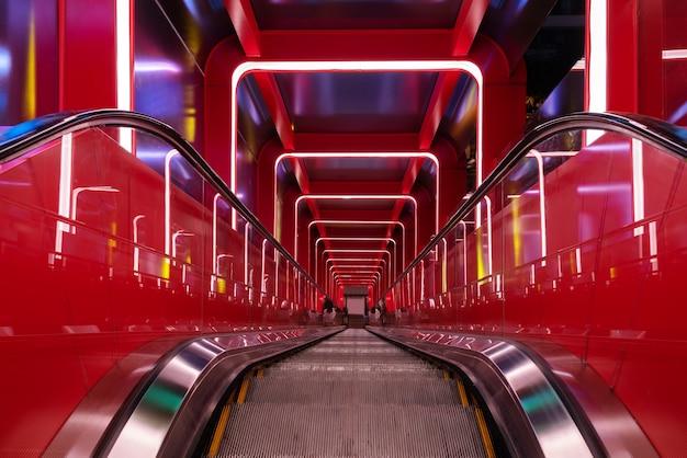 Passaggio circolare della scala mobile con luce rossa Foto Premium
