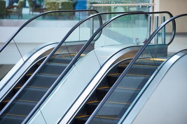 Scala mobile e interno moderno vuoto del centro commerciale