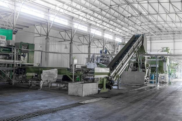 Scala mobile in fabbrica per la lavorazione e il riciclaggio di bottiglie di plastica. impianto di riciclaggio pet