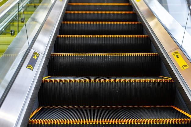 Le scale delle scale mobili si chiudono in un centro commerciale