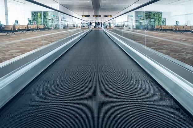 Scale mobili in aeroporto. scala mobile, interno dell'aeroporto indiano di pudong.