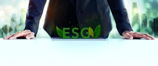 Esg, concetto di cura dell'ecologia. governance ambientale, sociale e aziendale. uomo d'affari che pianifica un progetto esg su tablet. energia verde, risorse rinnovabili e sostenibili.