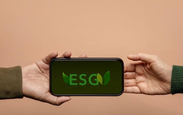 Esg, concetto di cura dell'ecologia. governance ambientale, sociale e aziendale. energia verde, risorse rinnovabili e sostenibili. società aziendale connessione social tramite telefono cellulare