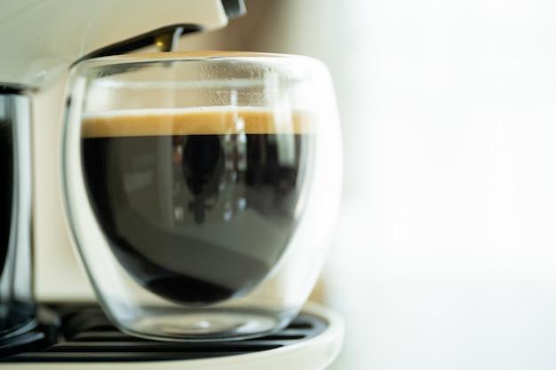 Caffè espresso in tazzina preparato con macchina per caffè espresso a capsule.