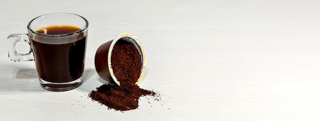 Caffè espresso su sfondo bianco con capsula aperta. formato all'aperto.