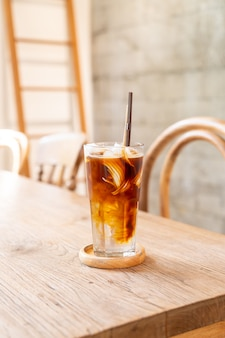Caffè espresso con succo di cocco nella caffetteria caffetteria