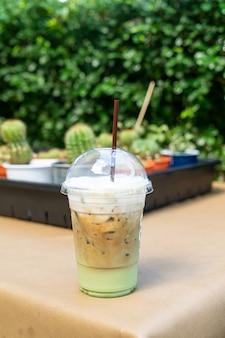 Caffè espresso con bicchiere di tè verde matcha