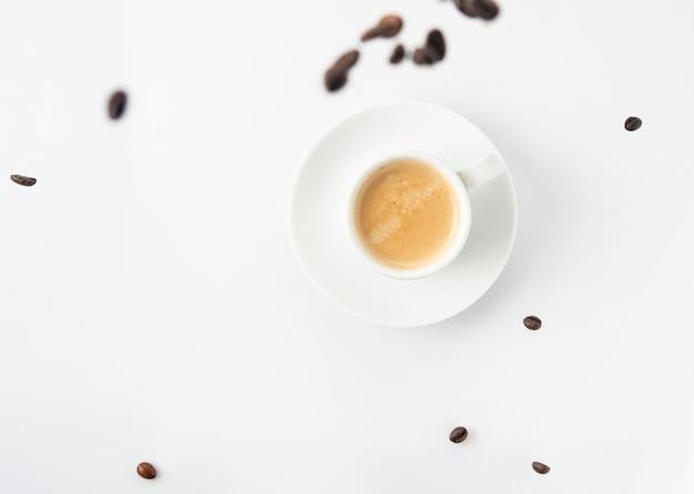 Tazza da caffè espresso con chicchi di caffè
