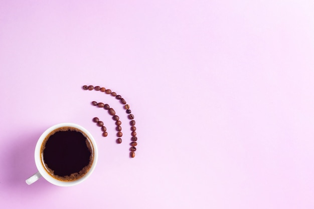 Tazza da caffè espresso con segno wi-fi a base di copyspace di chicchi di caffè