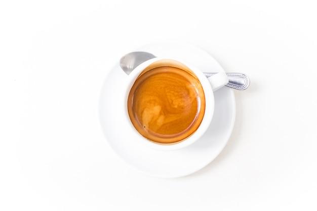 Tazza di caffè espresso caldo isolato su bianco