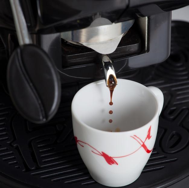 Macchina per caffè espresso che produce caffè con cialda