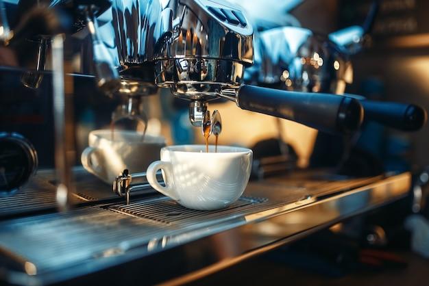 La macchina per caffè espresso versa caffè fresco