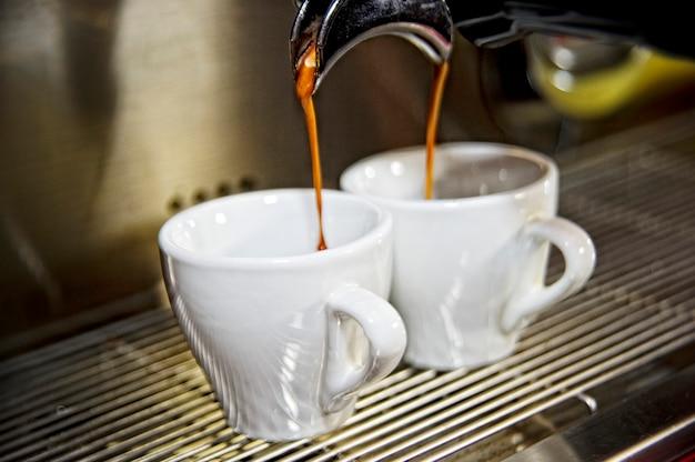 Macchina per caffè espresso funzionante con sfondo interno bar