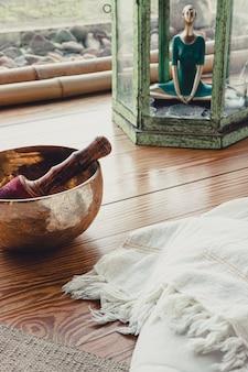 Accessori essenziali per praticare yoga e meditazione. copia spazio