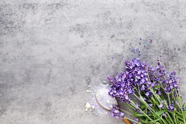 Sale essenziale di lavanda con vista dall'alto di fiori.