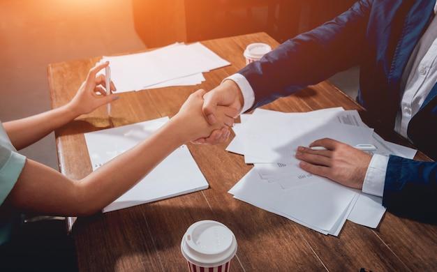 Agente immobiliare con il cliente dopo la firma del contratto. stretta di mano. concetto immobiliare.