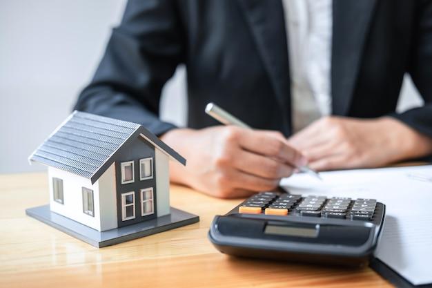 Contratto di documento di contratto di segno di lavoro di agente immobiliare per l'assicurazione sulla casa che approva gli acquisti