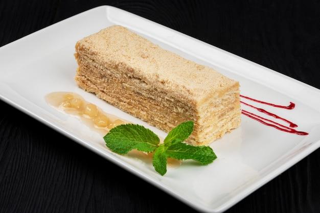 Torta tradizionale esterhazy con menta su fondo di legno nero