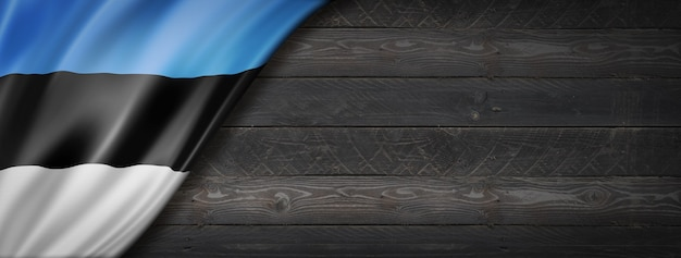 Bandiera dell'estonia sul muro di legno nero