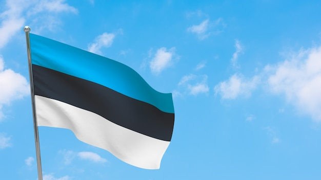 Bandiera dell'estonia in pole. cielo blu. bandiera nazionale dell'estonia