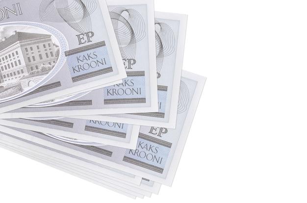 Le banconote in corone estoni si trovano in un piccolo mazzo o pacco isolato su bianco