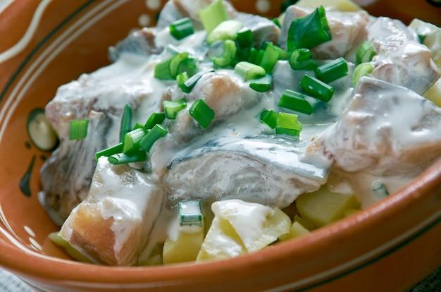 Estone silgu kartulisalat. insalata di aringhe, patate con panna acidacucina baltica