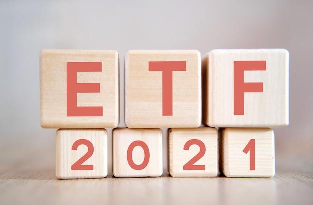 Etf 2021 su cubi di legno, su fondo di legno.