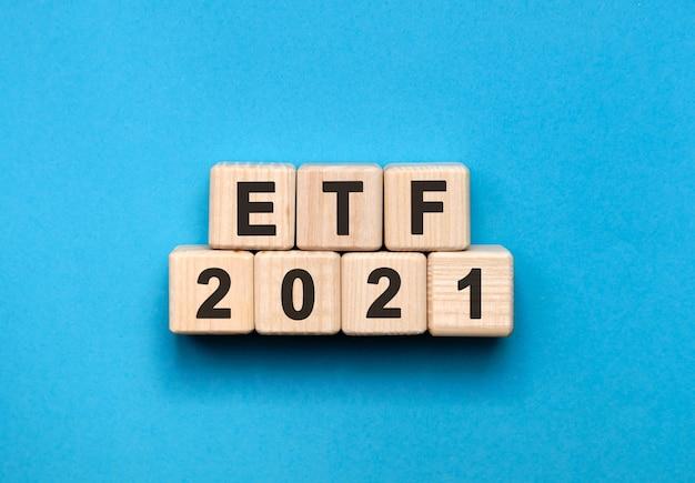 Etf - concetto di testo su cubi di legno con sfondo blu sfumato