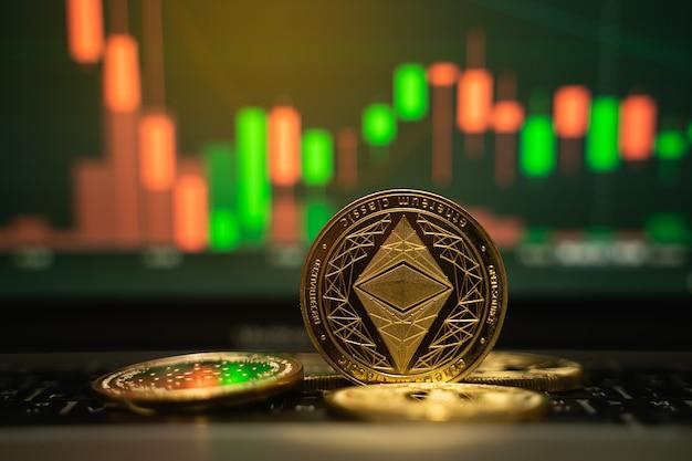 Moneta d'oro ethereum e sfondo grafico sfocato, concetto di criptovaluta