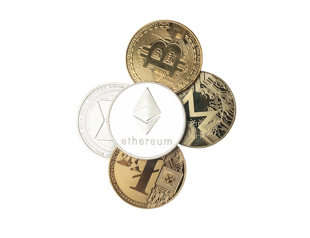 Etherium o moneta d'argento etherum su altri simboli di valuta cripto isolati su bianco. vista dall'alto di splendente eth.