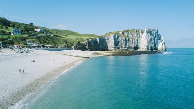 Etretat, francia - 17 giugno 2017: etretat - mare turchese e scogliera di alabastro. etretat è un comune nel dipartimento della senna marittima nella regione della normandia, nel nord-ovest della francia.