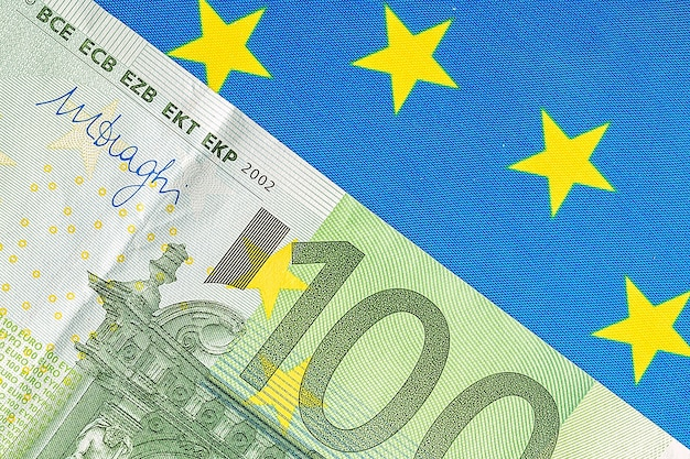 Bandiera dell'ue e molte banconote in euro