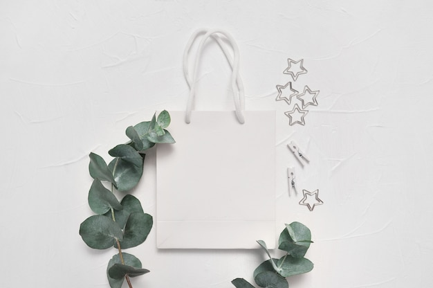 Foglie di eucalipto e shopping bag bianco