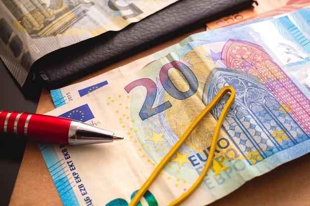 Banconote in euro per il concetto di finanza ed economia dell'unione europea