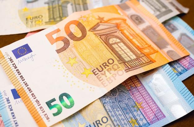 Banconote in euro in fotografia in primo piano per il concetto di economia e finanza