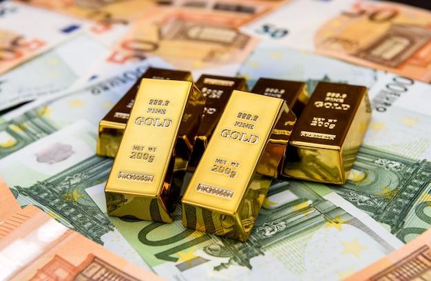 Banconote in euro e lingotti d'oro da vicino