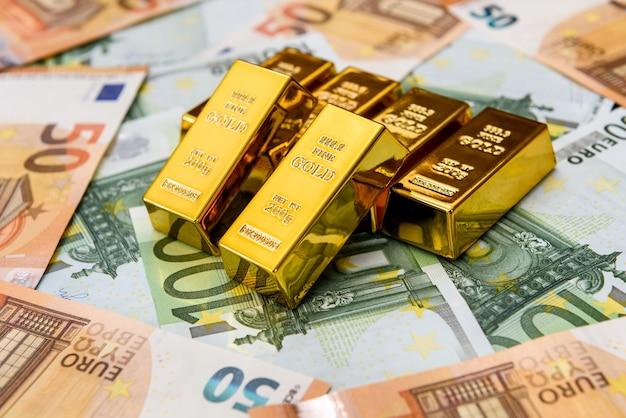 Banconote in euro e lingotti d'oro
