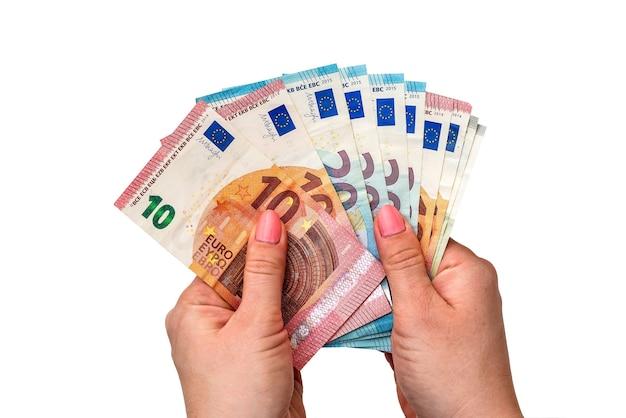 Banconote in euro nelle mani su una superficie bianca