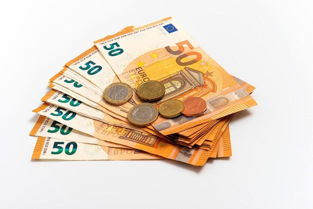 Mucchio di banconote in euro, moneta europea nominale cinquanta euro, isolato su bianco
