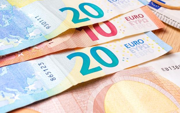 Banconote in euro sul tavolo in primo piano con i numeri evidenziati