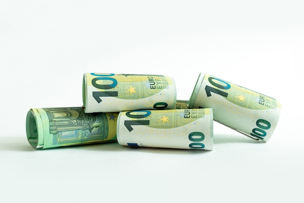 Denaro monetario di cento banconote in euro bianco
