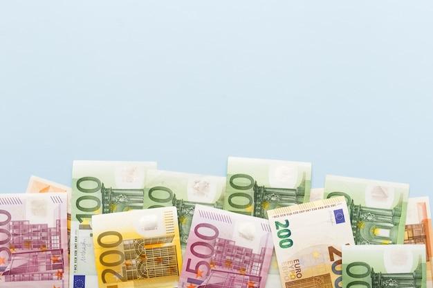 Banconote in euro con il concetto di attività bancarie