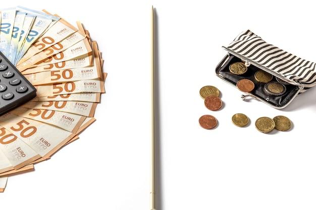Banconote in euro sul tavolo e un portafoglio con il cambiamento povertà e concetto di ricchezza ricchi e poveri