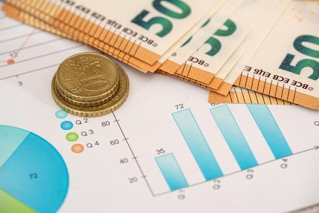 Moneta in euro e fatture con calcolatrice sul grafico con i prezzi del mercato azionario. concetto di affari