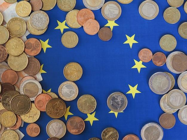 Monete in euro (eur), valuta dell'unione europea sulla bandiera dell'europa